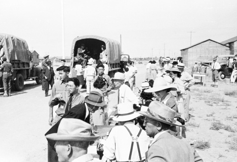 強制収容所に入所する人々